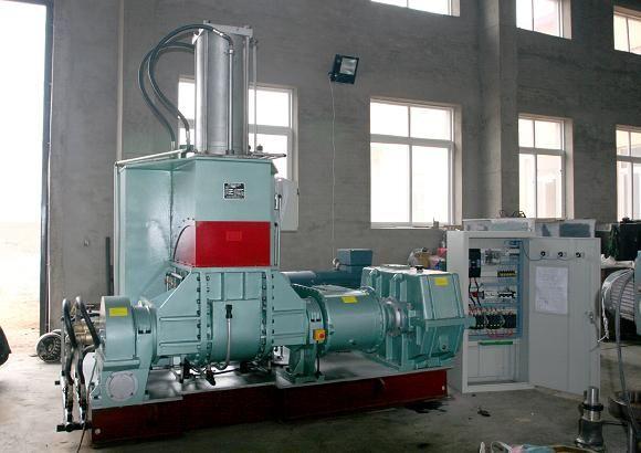 开放式炼胶机的工作原理是:生胶或胶料在两个异速相向回转的辊筒间